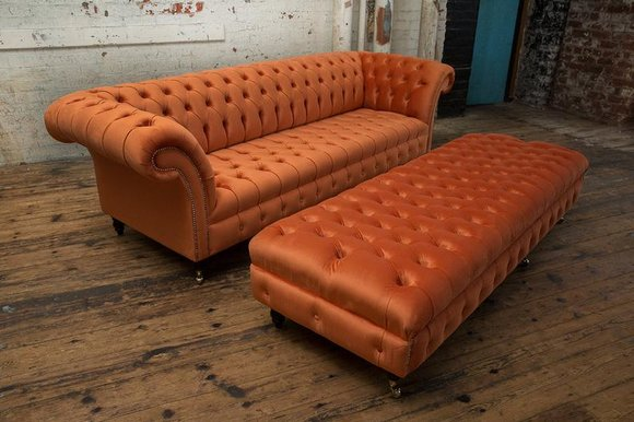 Design Chesterfield Stoff Couch Sofa 4 Sitzer + Hocker Polster Sofas Garnitur
